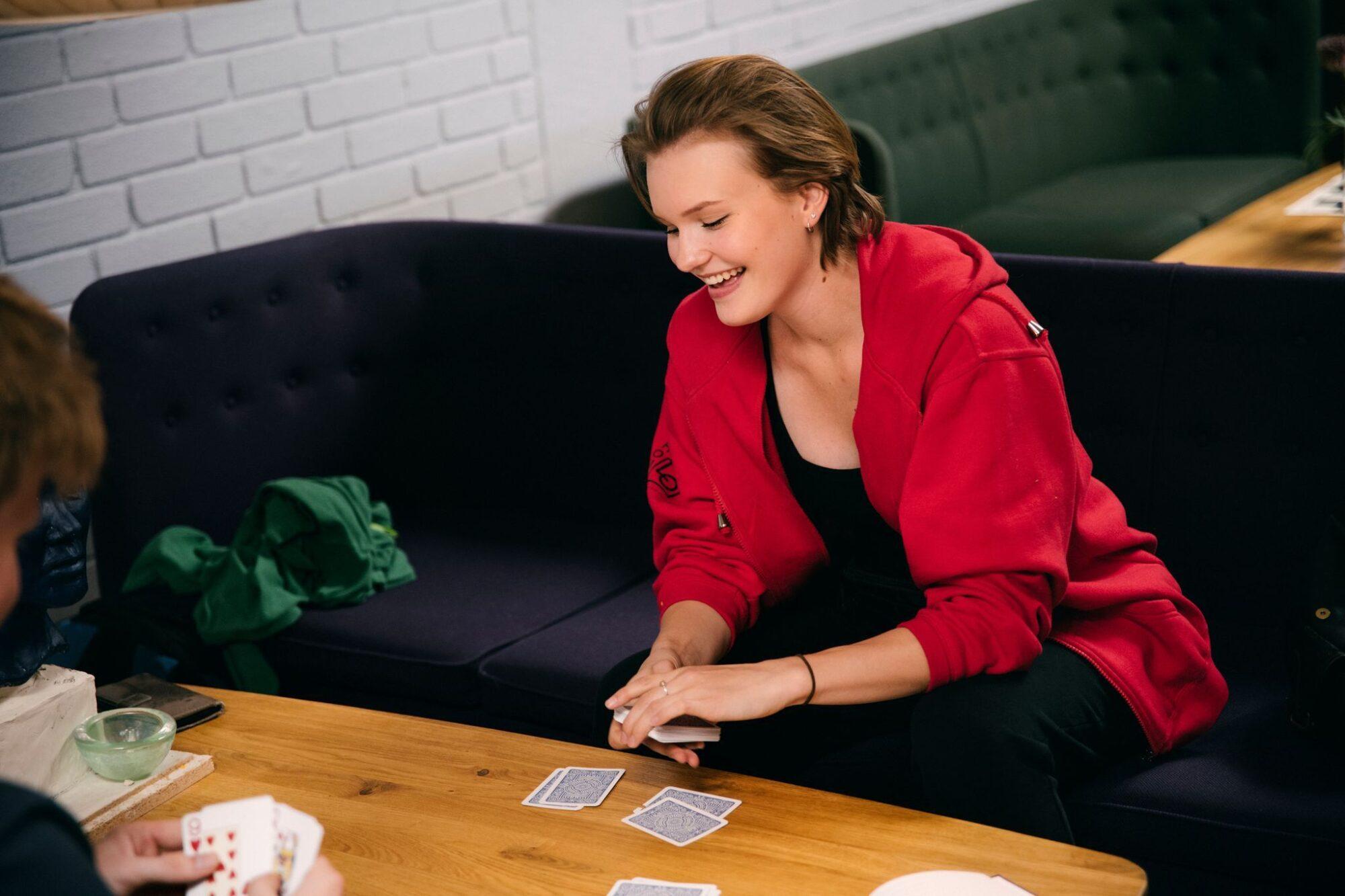 Student spiller kort på Nansenskolen