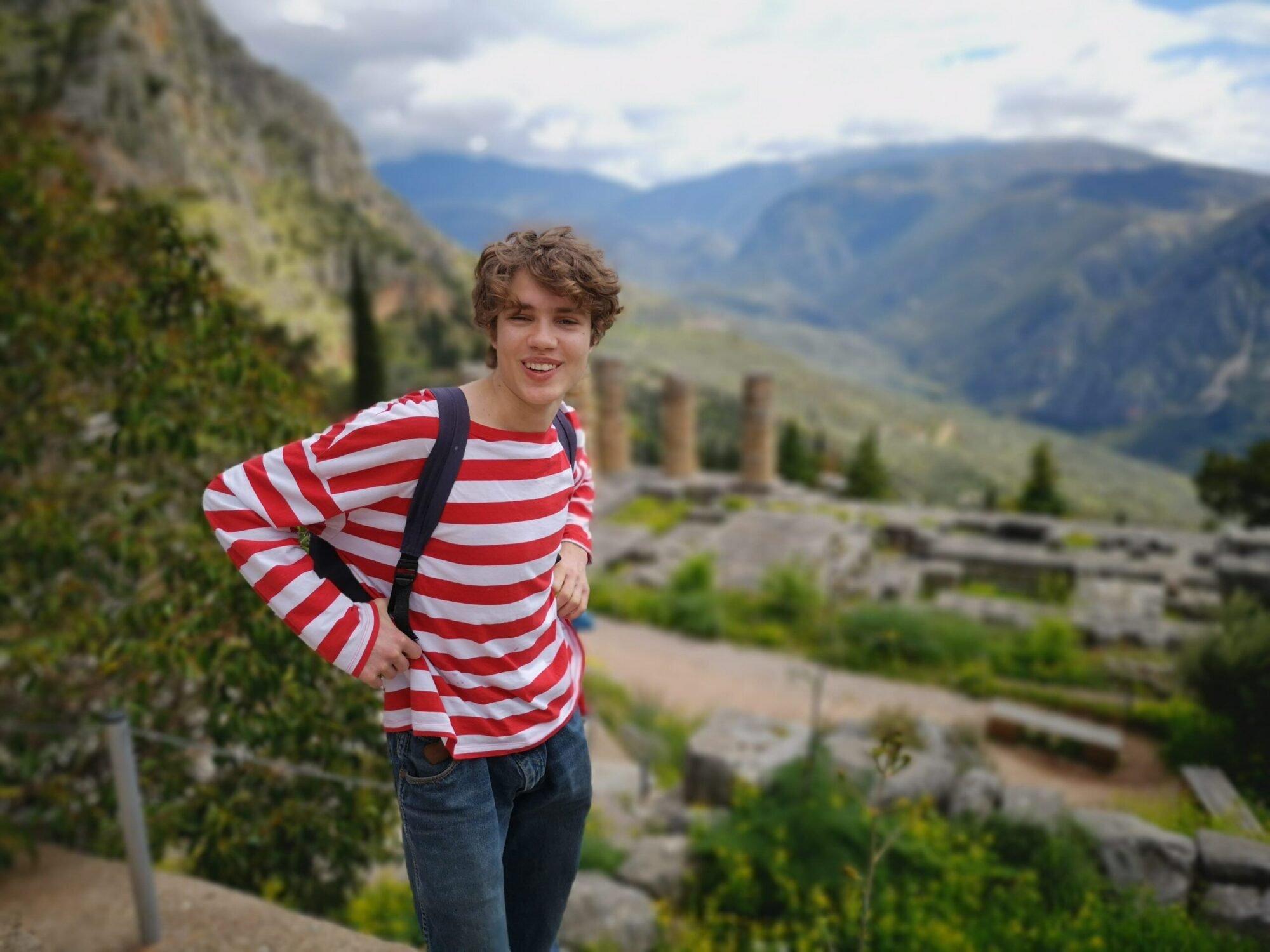 Studiereise - gutt i Delfi, Hellas