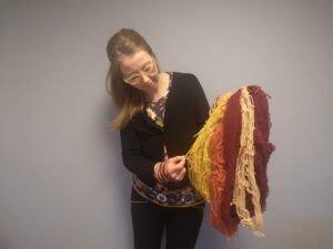 Ida-Sofie Stryken med garn farget av naturmaterialer