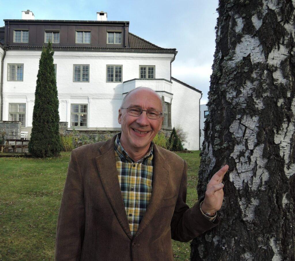 Inge Eidsvåg i Nansenskolens hage