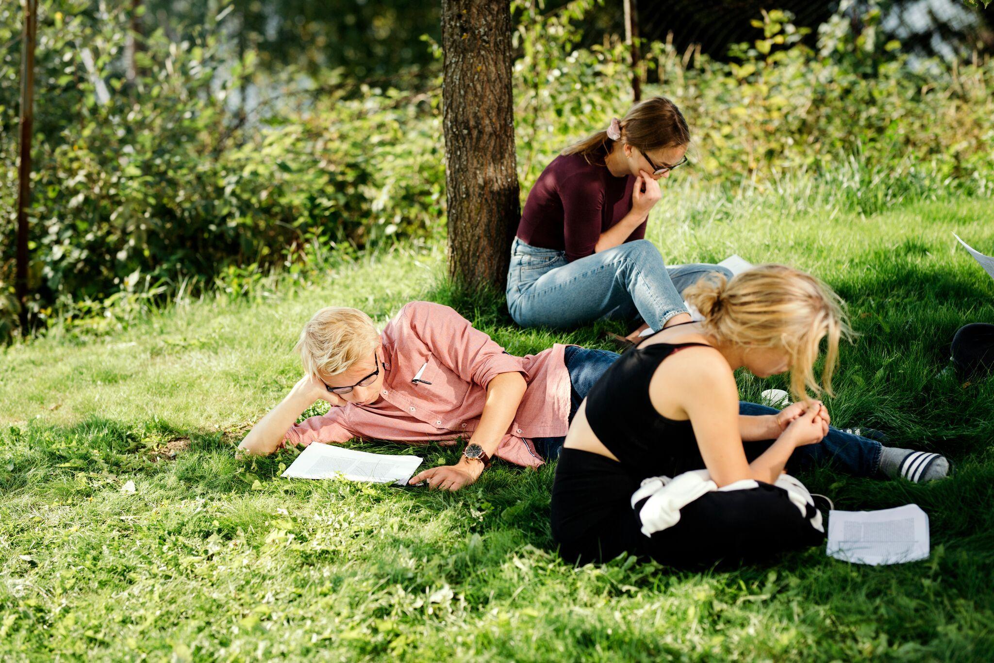 Studenter-leser-i-hagen-Nansenskolen