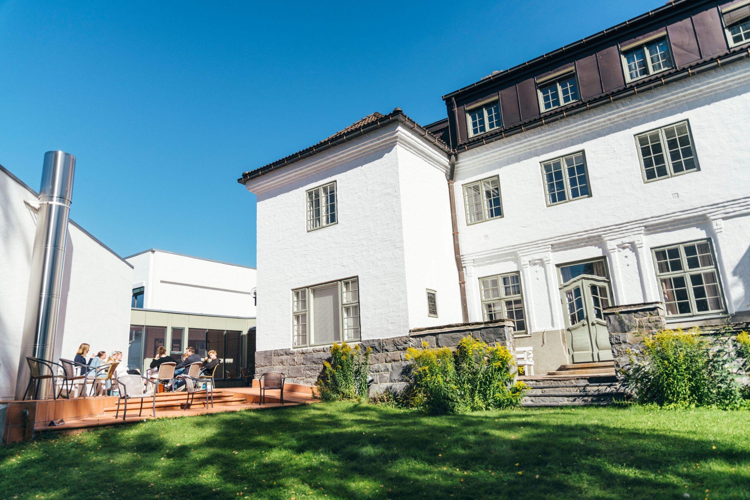 Nansenskolens hage med studenter