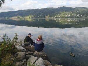 To jenter ved Mjøsa