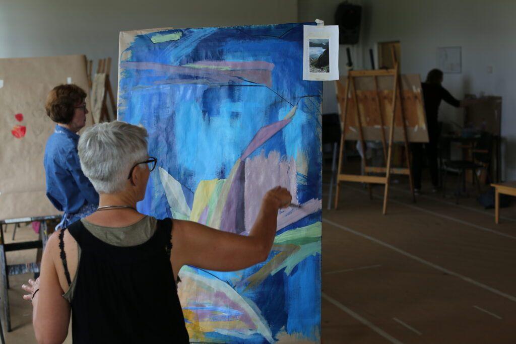 Dame som maler i atelieret