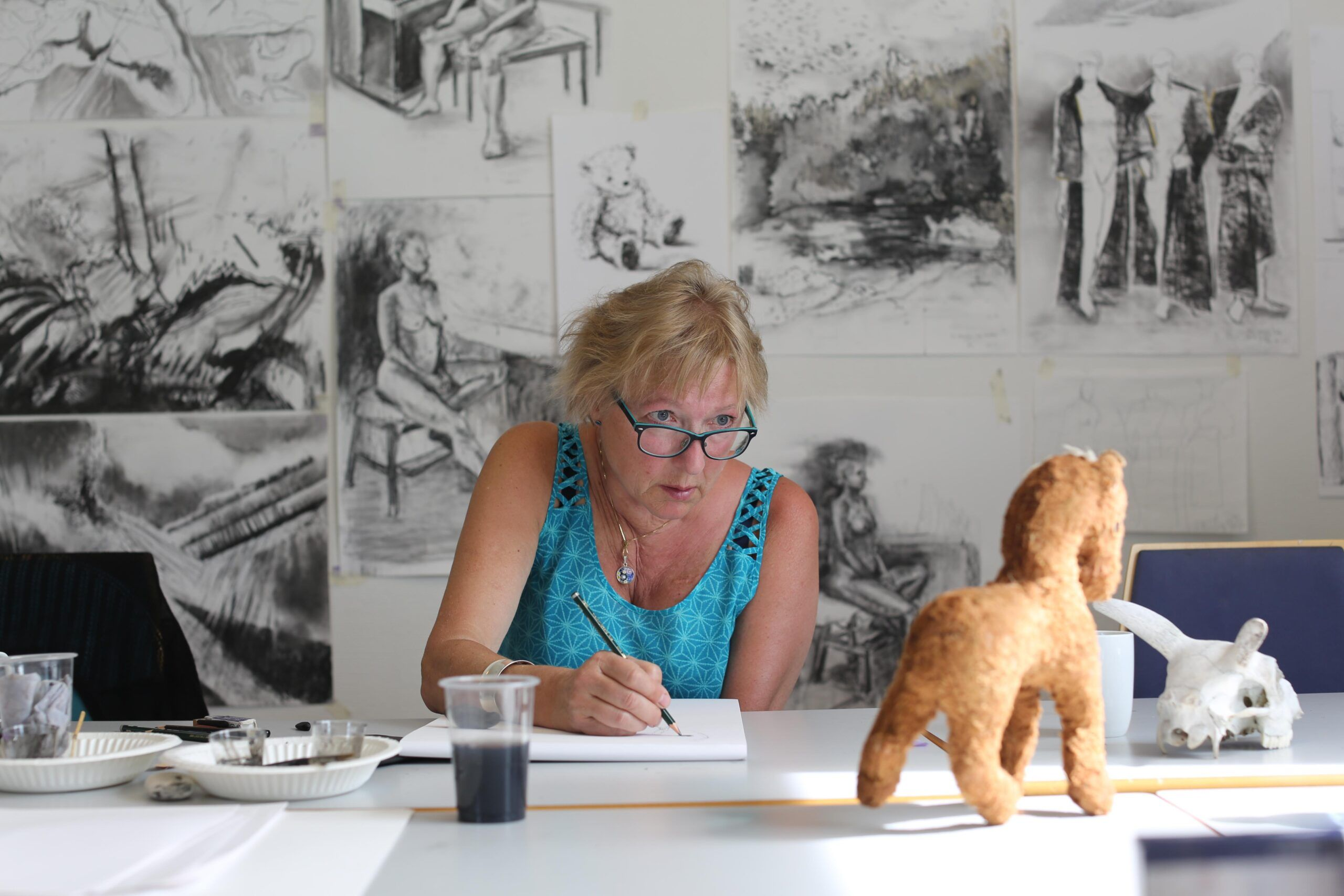 Dame som tegner hesteskulptur